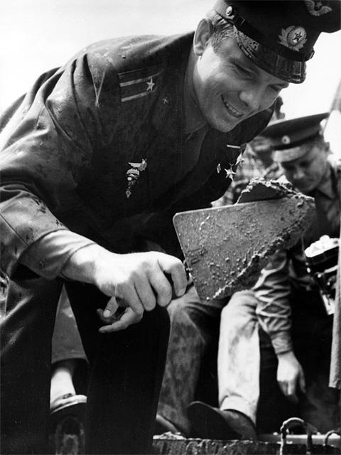 Первый космонавт Земли Юрий Гагарин закладывает первый камень в основание Музея Космонавтики в Калуге