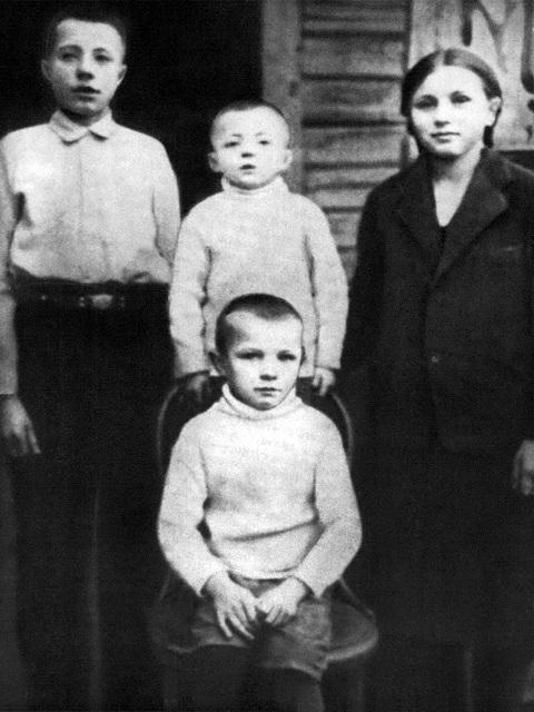 гагарин в детстве, семья гагарина