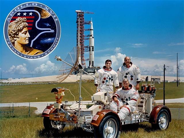 Экипаж «Аполлона-17» в декабре 1972 года перед полётом на Луну. Слева Харрисон Шмитт, рядом Рональд Эванс, впереди командир Юджин Сернан с «профилем Аполлона»