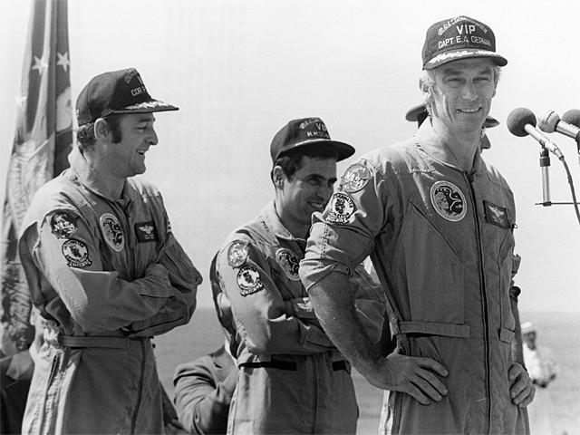 Рональд Эванс, Харрисон  Шмитт, Юджин Сернан на палубе крейсера «Тиккондерога» после возвращения на Землю перед новым 1973 годом